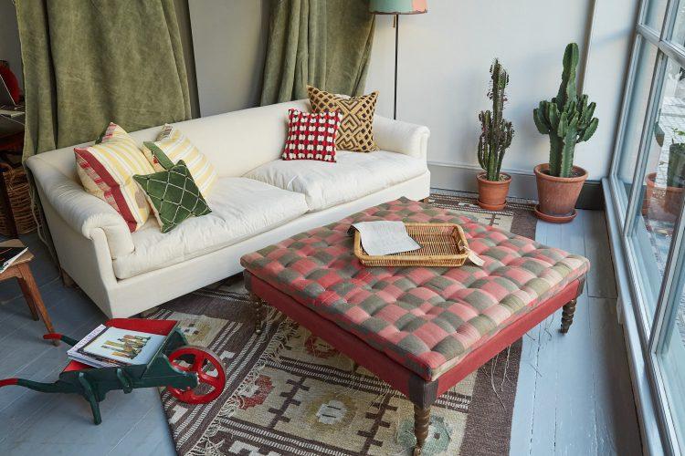 HB900222 – Den Sofa in Window-0007