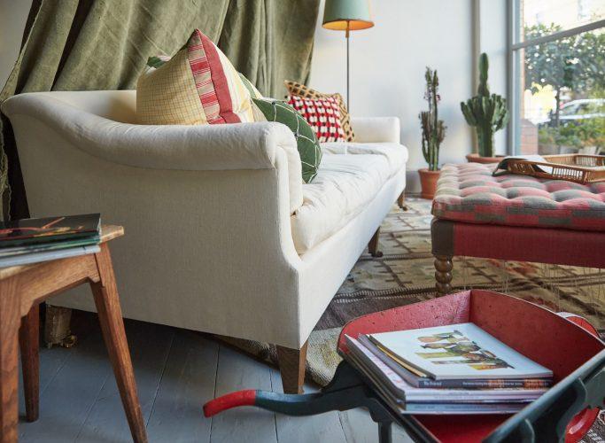 HB900222 – Den Sofa in Window-0009