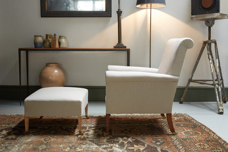 HL2507 – Armchair and Footstool-0012