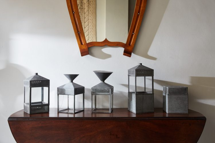 HL4747 – Five decorative glass and steel objects-0001